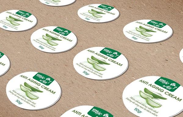 Là nhãn dán là một ấn phẩm được in hình trên giấy, nhựa, hoặc bất cứ vật liệu khác.