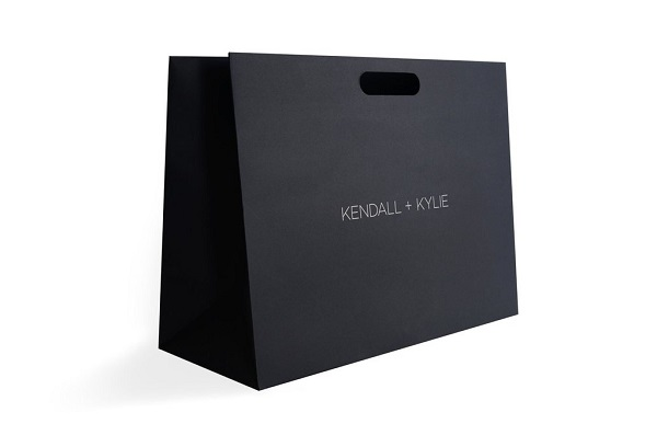 Túi xách của hãng mỹ phẩm cán màng mờ sang trọng.